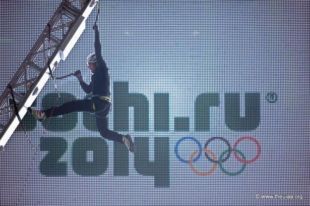 markus-urbanowski-climbs-the-structure-in-sochi-russia